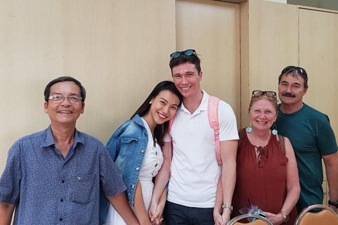 Vợ chồng Hoàng Oanh cùng gia đình hai bên khi đi đăng ký kết hôn.