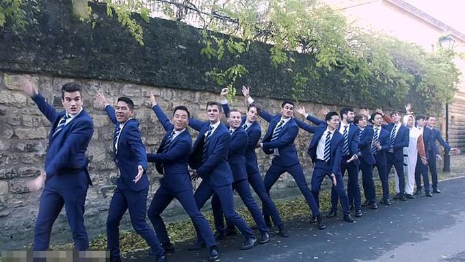Nhóm acapella Out of the Blue gồm các nam sinh trường ĐH Oxford. Ảnh cắt từ video.