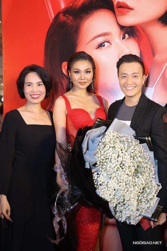 Diễn viên - đạo diễn Lương Mạnh Hải và diễn viên Lê Hóa tới chúc mừng phim của Thanh Hằng. Tháng trước, siêu mẫu cũng từng tới dự ra mắt phim đầu tay do Lương Mạnh Hải đạo diễn - Hoa hậu giang hồ.