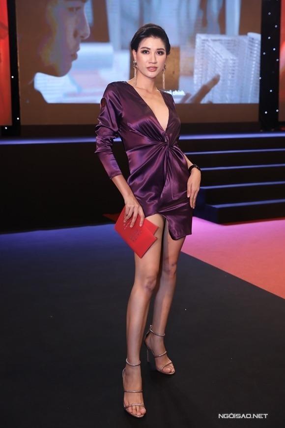 Người mẫu - diễn viên Trang Trần đến xem Chị chị em em tối 17/12 tại TP HCM.