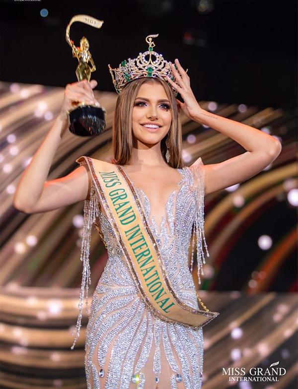 Người đẹp nước chủ nhà Venezuela, Lourdes Valentina Figuera Morales, giành vương miện Miss Grand International (Hoa hậu Hòa bình quốc tế) 2019 trong đêm chung kết diễn ra vào ngày 25/10. Tân hoa hậu sinh năm 2000, có số đo 3 vòng lý tưởng 89-61-89 và chiều cao 1,8 m.