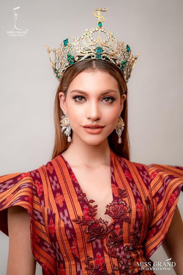 Tân hoa hậu Hòa bình hiện là một giáo viên tiếng Anh kiêm kiến trúc sư. Valentina được miêu tả là cô gái năng động, cởi mở và luôn thu hút mọi người với vẻ đẹp rạng rỡ, tràn đầy năng lượng.