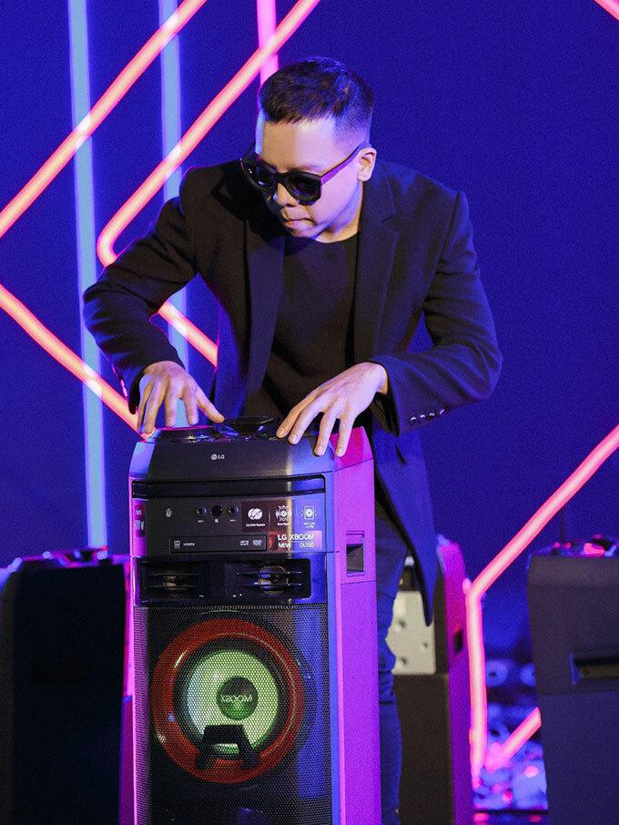 Chiếc loa xuất hiện nhiều nhất bên cạnh Touliver trong bữa tiệc là XBoom OL55D. Sản phẩm này sở hữu tính năng đặc biệt và phù hợp với chàng phù thủy âm nhạc. Chỉ với một bàn điều khiển được tích hợp trên đỉnh loa, anh có thể thỏa sức điều chỉnh âm lượng, hiệu ứng karaoke, chà bàn DJ và sử dụng tính năng Party Accelerator để biến chiếc loa này trở thành một bàn chà DJ thổi bùng không khí cuộc vui.
