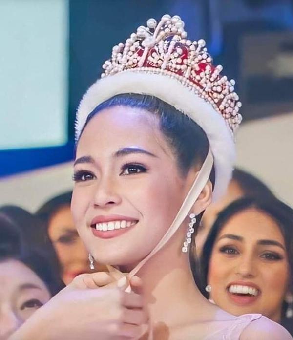 Người đẹp Thái Lan, Sireethorn Leearamwat, đăng quang Miss International (Hoa hậu Quốc tế) 2019 trong chung kết diễn ra ở Tokyo ngày 12/11. Cô vượt qua 82 thí sinh khác từ khắp thế giới, trong đó có Tường San của Việt Nam, để mang về vương miện Hoa hậu Quốc tế đầu tiên cho Thái Lan.