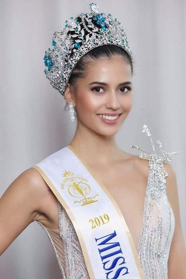 Anntonia Porsild mang hai dòng máu Thái Lan và Đan Mạch, nổi bật với thân hình quyến rũ, phong cách duyên dáng và gương mặt lai xinh đẹp. Tân Hoa hậu Siêu quốc gia năm nay 22 tuổi, đang là sinh viên của Đại học quốc tế Stamford, Thái Lan.