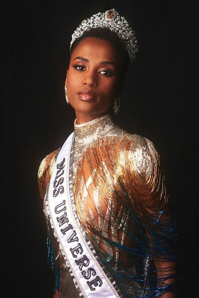 Người đẹp Nam Phi, Zozibini Tunzi, là một trong hai cô gái da màu lên ngôi năm nay. Zozibini Tunzi giành chiến thắng Miss Universe (Hoa hậu Hoàn vũ) 2019 trong chung kết diễn ra tại Atlanta, Mỹ tối 8/12. Zozibini Tunzi gửi đến thông điệp mạnh mẽ về vẻ đẹp của sự khác biệt và tôn vinh làn da màu khi mà sự phân biệt sắc tộc vẫn còn tồn tại mạnh mẽ trên khắp thế giới. Cô phát biểu tại Miss Universe: Tôi lớn lên trong một thế giới nơi những người phụ nữ giống như tôi - với làn da và mái tóc như tôi - chưa bao giờ được coi là đẹp. Và tôi nghĩ rằng đã đến lúc điều đó được chấm dứt.