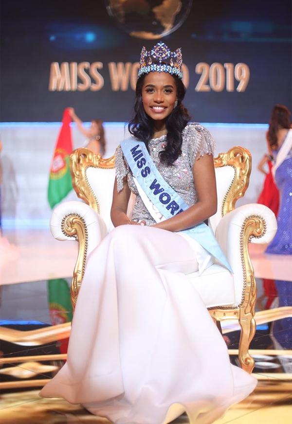 Đại diện của Jamaica, Toni-Ann Singh, xuất sắc vượt qua 110 thí sinh trên khắp thế giới để giành vương miện Miss World (Hoa hậu Thế giới) 2019 trong chung kết tối 14/12 ở London, Anh. Toni-Ann chỉ cao 1,67 m và không phải là thí sinh có nhan sắc rực rỡ nhất nhưng cô vẫn tỏa sáng theo một cách riêng. Người đẹp vùng Caribbe có đôi mắt sáng, nụ cười hiền hậu và một trái tim yêu thương. Trong chung kết, người đẹp Jamaica chinh phục ban giám khảo với câu trả lời về sự quan tâm và niềm đam mê thúc đẩy phụ nữ của cô. Toni-Ann cũng khiến hàng triệu con tim thổn thức khi thể hiện ca khúc I Have Nothing của Withney Houson.