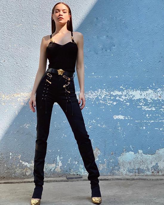 Trên một cây đen ấn tượng gồm áo hai dây và quần skinny, phụ liệu ánh vàng gold tiệp màu cùng giày cao gót khiến set đồ của Hồ Ngọc Hà hút mắt hơn.