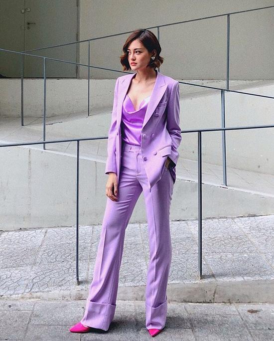 Thùy Anh chọn thêm giày hồng cánh sen nổi bật để mix cùng bộ cánh toàn sắc tím từ vest, quần suông cho đến kiểu áo cổ đổ.