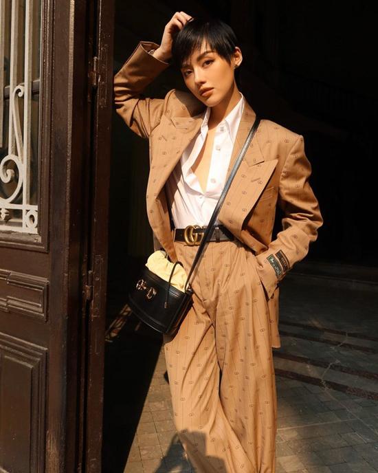 Nổi bật trong xu hướng phối đồ street style ở mùa này là công thức mix đồ ton-sur-ton. Khánh Linh và nhiều sao Việt đều chuộng cách ăn mặc đồng điệu sắc màu khi xuống phố.
