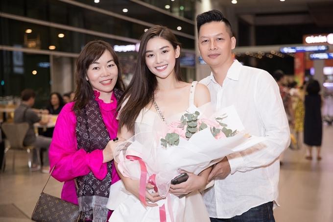 Gia đình vừa vui mừng đón Tường San trở về sau khi đạt giải Trang phục dân tộc đẹp nhất và lọt top 8 cuộc thi Hoa hậu Quốc tế 2019.