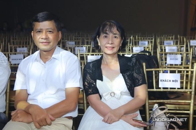 Bố mẹ cũng ủng hộ Chi Pu lấn sân ca hát và trở thành nghệ sĩ đa năng. Họ thường xuất hiện mỗi lần cô ra mắt sản phẩm âm nhạc mới.