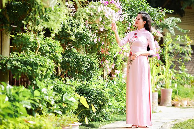 Bộ sưu tập mới của nhà thiết kế Hương Ly bao gồm nhiều mẫu áo dài thêu hoa, thích hợp cho phái đẹp diện dịp Tết Nguyên đán.