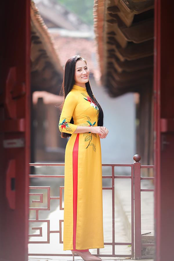 Trong phim truyền hình Về nhà đi con, Minh Cúc vào vai Xinh, người phụ nữ thô lỗ, bặm trợn luôn khuyến kích Khải (Trọng Hùng) chơi cờ bạc và bỏ vợ.
