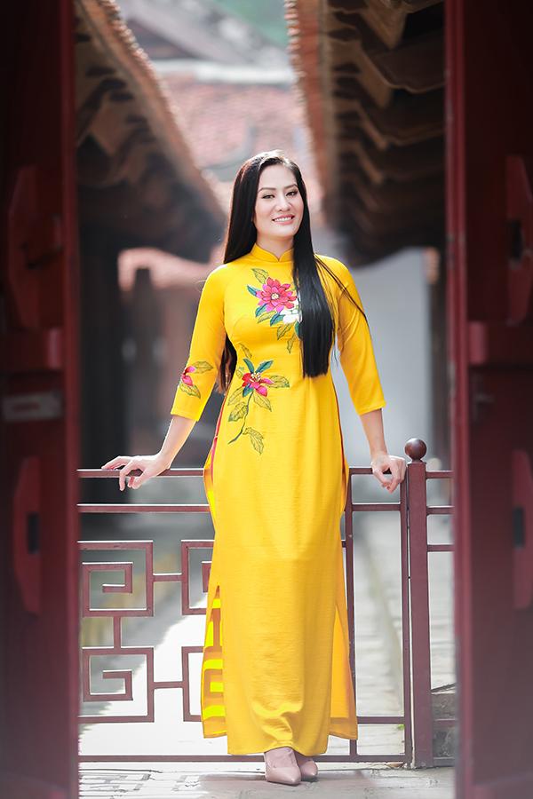 Ở đời thường, cô yêu thích trang phục thoải mái, năng động. Vì vậy, khi diện áo dài, cô khiến nhiều người bất ngờ vì vẻ dịu dàng trong trang phục áo dài.