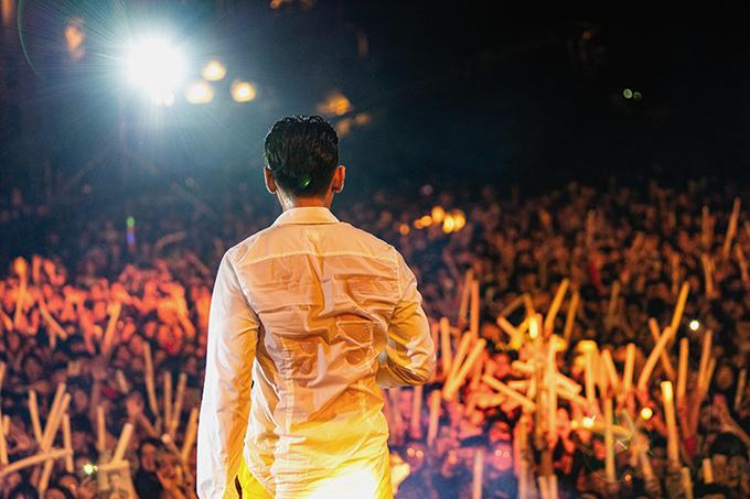 Sự ủng hộ của khán giả khiến nam ca sĩ càng diễn càng phấn khích.