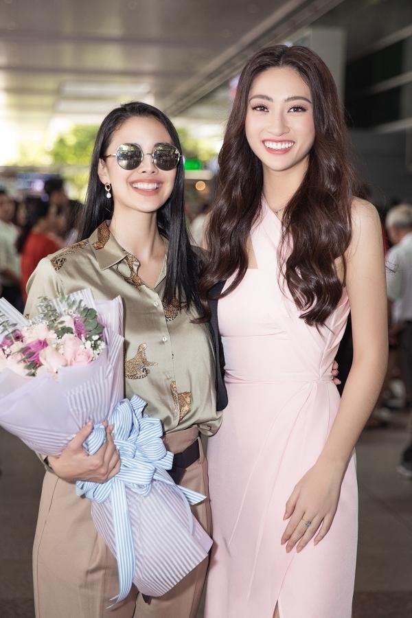 Megan Young (trái) đáp chuyến bay tới TP HCM hôm 18/12. Lương Thuỳ Linh diện đầm hồng thanh lịch ra đón hoa hậu Philippines. Mới đây, họ có dịp gặp nhau tại chung kết Miss World 2019 khi Megan Young làm MC, còn Thuỳ Linh xuất sắc vào top 12 chung cuộc.