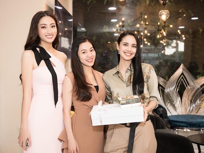 Bà Phạm Kim Dung (giữa) - trưởng ban tổ chức Hoa hậu Thế giới Việt Nam đón tiếp và dành tặng Miss World 2013 nhiều món quà.