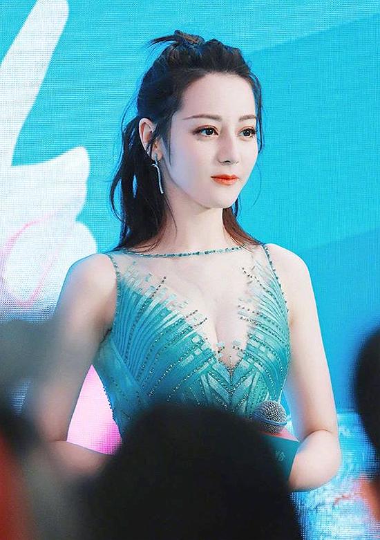 Dự sự kiện về sản phẩm làm đẹp ở Thượng Hải, Địch Lệ Nhiệt Ba diện váy cổ xẻ gợi cảm, vòng một được tôn lên rõ rệt. Phong cách hiếm hoi này giúp ngôi sao Tân Cương khoe thân hình quyến rũ, bởi thông thường, cô ít khi mặc hở.