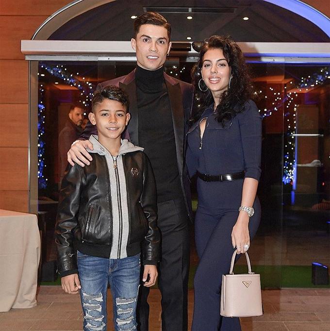 Trước đó vào ngày 17/12, C. Ronaldo cùng Georgina Rodriguez đưa cậu con trai lớn Cristiano Jr đi dự một bữa tiệc Giáng sinh sớm ở Turin.