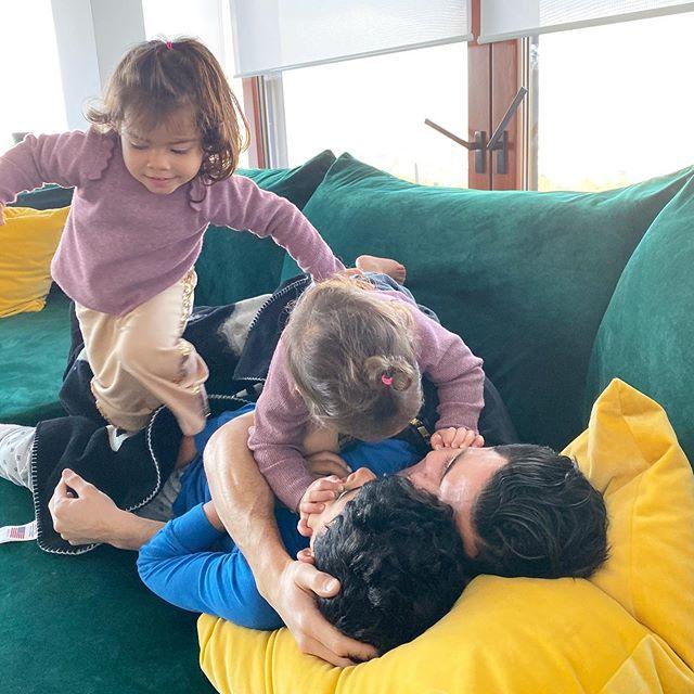 Hôm cuối tuần, người đẹp Georgina Rodriguez đăng ảnh các con thi nhau nhảy lên người C. Ronaldo để ôm hôn.