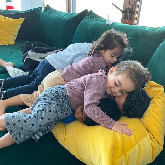 Khoảnh khắc các nhóc Eva, Mateo và cô em Alana Martina nằm đè lên người bố và anh trai Cristiano Jr khiến các fan thích thú, khen gia đình chân sút 34 tuổi tình cảm và hạnh phúc.
