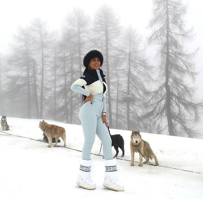 Trên trang cá nhân hôm 18/12, Georgina Rodriguez khoe ảnh đi chơi ở một khu nghỉ dưỡng trên núi tuyết. Người đẹp một con tươi tắn tạo dáng bên cạnh đàn chó kéo xe.