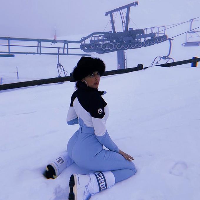 Bạn gái siêu sao Juventus mặc đồ bó tôn thân hình nóng bỏng giữa trời tuyết. Sau đó, Georgina Rodriguez chia sẻ video cùng các con chơi trượt tuyết.