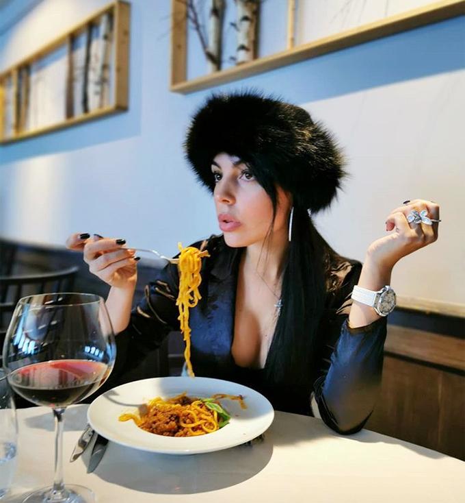 Chân dài 25 tuổi gây chú ý với bức ảnh khéo khoe vòng một trong lúc thưởng thức pasta. Ảnh đẹp đấy nhưng sao cô lại đội mũ lông và ăn mỳ, một fan thắc mắc.