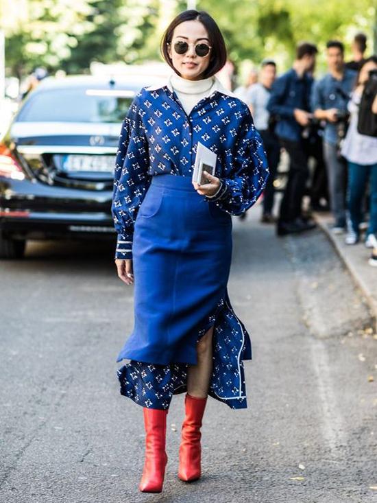 Ngoài gam trắng dễ tạo nên sự hoà hợp, nhiều fashionista còn chuộng cách sử dụng phụ kiện màu đỏ tươi khi diện đồ xanh blue.