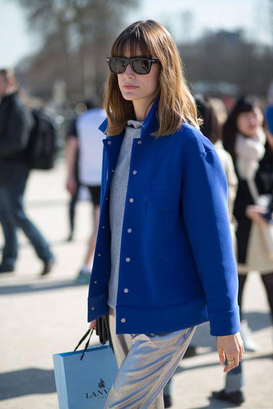 Vào mùa thu đông, cách đơn giản nhất để chạy theo trào lưu màu trendy là chọn các kiểu áo khoác, áo dạ hợp mùa để mix cùng trang phục dạo phố, quần áo đi làm.