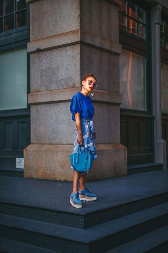Set đồ với cách mix-match đơn giản cho áo bluse đi cùng chân váy hoạ tiết ăn ý cùng sắc màu phụ kiện theo trend xanh blue.