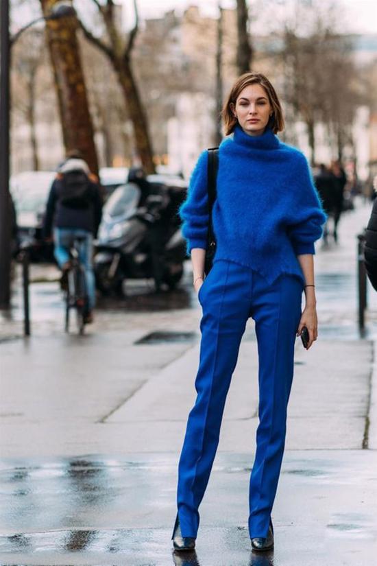 Gam xanh blue đậm thường được mix cùng tông đen và trắng để tạo nên tổng thể hoàn chỉnh về sắc màu.