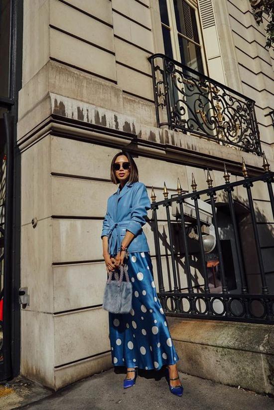 Ngoài các mẫu váy áo đơn sắc, phái đẹp còn thể thể theo đuổi xu hướng hot trend với trang phục hoạ tiết chấm bi, kẻ sọc, hoặc ca rô.