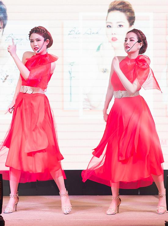 Tại sự kiện chiều 19/12, Bảo Anh - Bảo Trân thể hiện ca khúc mới Lấy đi thôi muộn lắm rồi với vũ đạo sôi động.
