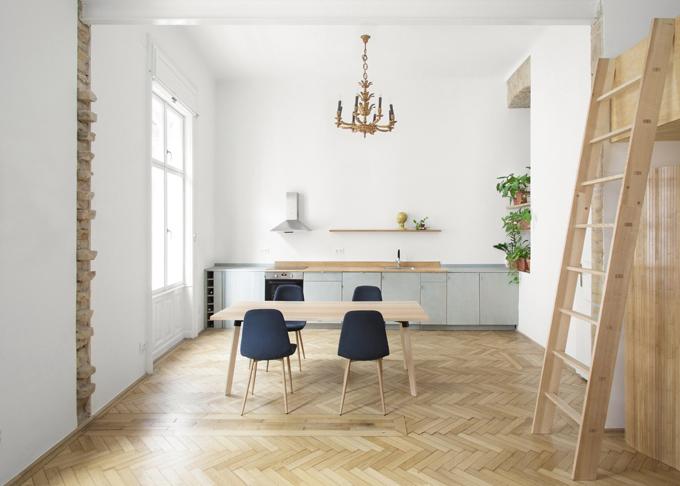 Bước đầu tiên trong quá trình tân trang căn hộ là làm rõ mối quan hệ của các khu vực chức năng. Tường ngăn hai phòng lớn được phá hủy, giúp không gian thoáng, rộng, phù hợp nhu cầu gia chủ.