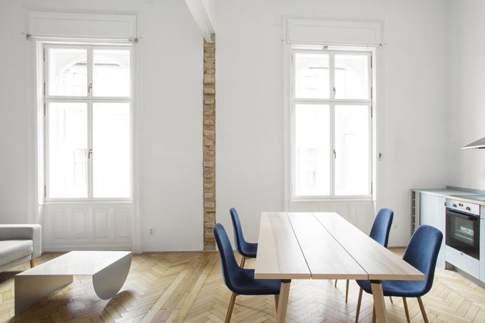 Nhờ việc phá tường ngăn, không khí giữa khu bếp, khu tiếp khách có sự lưu thông. Phần gạch thô từ quá trình phá tường cho thấy lịch sử của căn hộ, nổi bật mối quan hệ giữa cấu trúc cũ và mới.