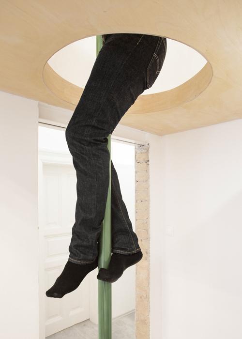 Tầng lửng được lên bằng cầu thang và xuống nhanh chóng với một thanh sắt được cố định ở mặt sàn tới trần nhà.