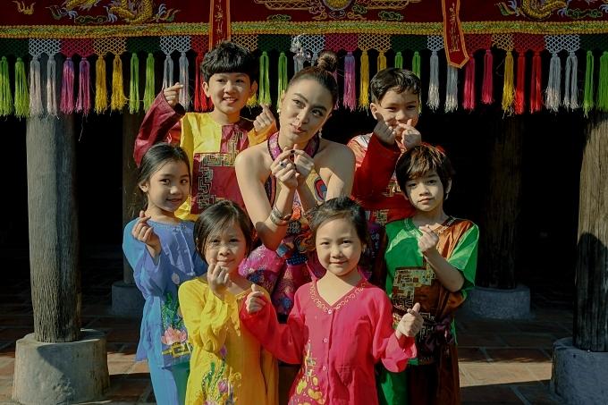 Duyên âm là một ca khúc nằm trong album Hoàng phát hành tháng 10/2019 của Hoàng Thuỳ Linh. Đây cũng là MV thứ ba của cô ra mắt trong năm nay sau Để Mị nói cho mà nghe, Tứ Phủ.