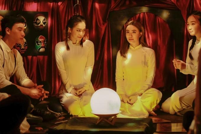 Cùng với hình ảnh nhắc về Vàng Anh, nhân vật của Hoàng Thuỳ Linh trở về thời điểm năm 2006, diện trang phục áo dài nữ sinh, gây thích thú cho khán giả.