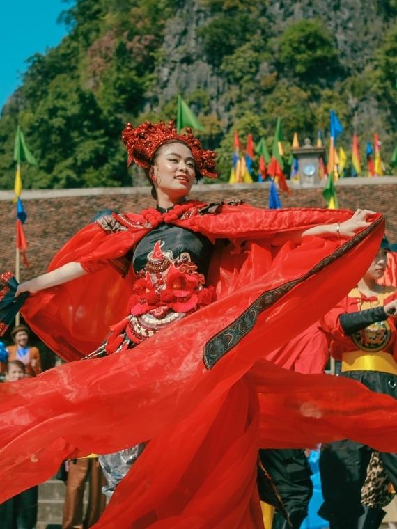 Với thông điệp ấy, hình ảnh của Hoàng Thuỳ Linh có sự thay đổi xuyên suốt MV, từ một nữ sinh rụt rè chờ xem cắt duyên âm đến cô gái rạng rỡ, tự do bay nhảy trên con đường riêng.