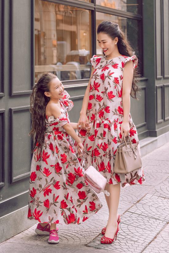 Fashionista Châu lê Thu hằng cùng con gái làm mẫu để giới thiệu các mẫu váy đặc biệt phù hợp với không khí lễ hội cuối năm