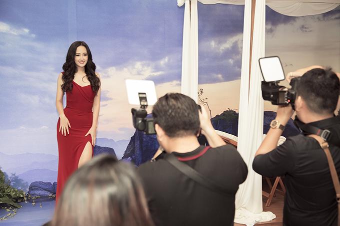 Đã đăng quang Hoa hậu Việt Nam hơn 10 năm nhưng Mai Phương Thúy vẫn là gương mặt được săn đón.Dịp cuối năm, cô bận rộn chạy sực kiệnđến mức phải viết lên Facebook mong mọi người đừng mời mình thêm nữa vì ngại từ chối nhưng không đủ sức để tham gia tất cả. Cô thường chỉ nhận lời những nhãn hàng lớn đã gắn bó với mình nhiều năm.