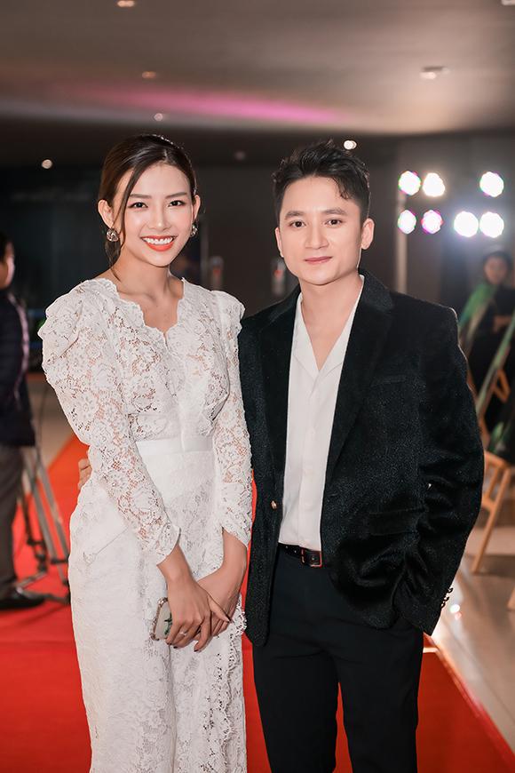 Ca sĩ, nhạc sĩ Phan Mạnh Quỳnh sánh vai bạn gái đến dự ra mắt phim. Trong khi nam ca sĩ hát và chia sẻ trên sân khấu, bạn gái anh đứng nép vào một góc, dùng điện thoại quay lại hình ảnh của anh.