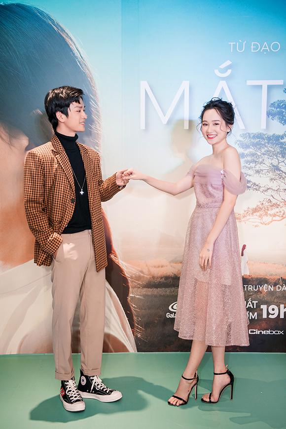 Sánh đôi với Trúc Anh là Trần Nghĩa, người thủ vai chàng Ngạn si tình trong phim. Hai diễn viên cười đùa, diễn tình cảm trước ống kính của hàng chục phóng viên.
