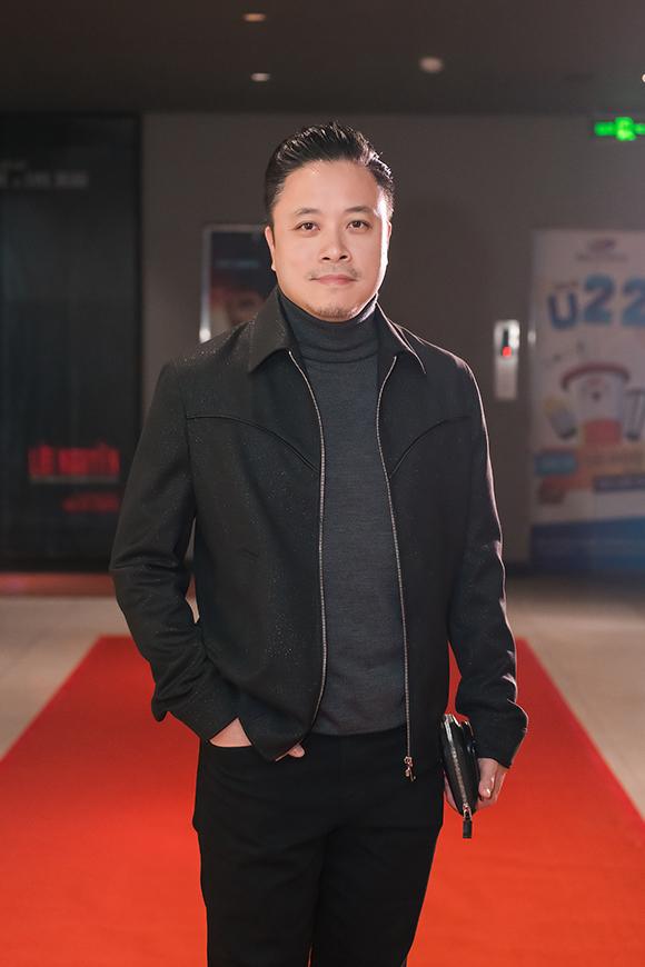 Đạo diễn Victor Vũ một mình đến dự sự kiện. Trước đó, tại buổi ra mắt phim ở Sài Gòn, vợ anh - diễn viên Đinh Ngọc Diệp - đã bế con đến chúc mừng bố.