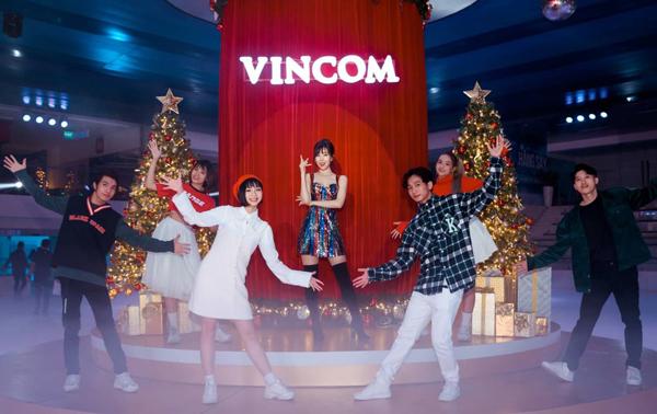 Ca sĩ Min cùng vũ đoàn trong không gian Giáng sinh lung linh tại Vincom Ice Rink Landmark 81