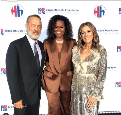 Bà Michelle Obama (đứng giữa) mặc bộ suit lụa đặt hàng riêng của Công Trí.