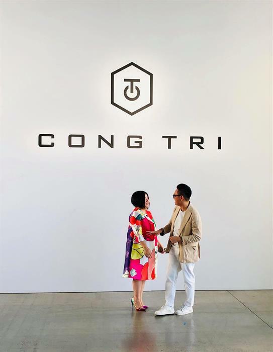 Bà Trang Lê tới chúc mừng Công Trí tại show diễn tại New York.