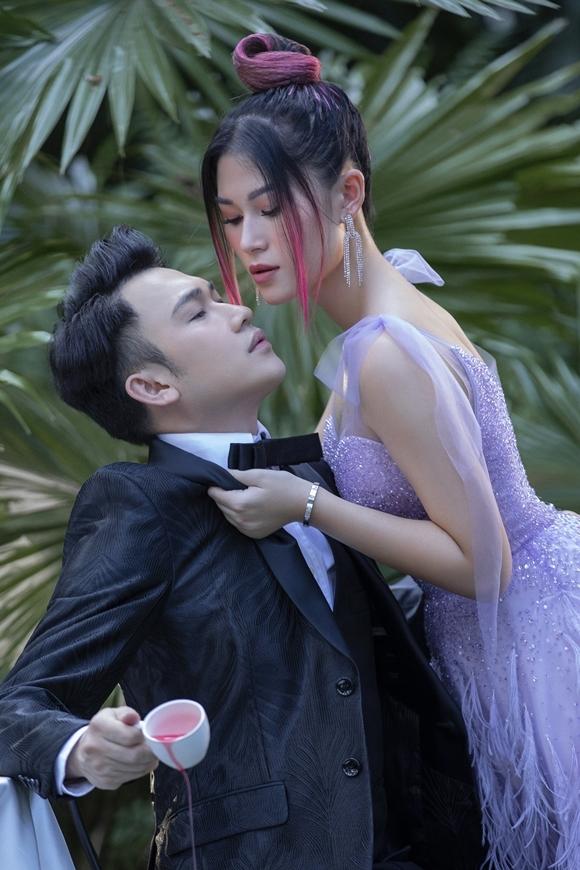 Khi tạo dáng thân mật với bạn diễn, Dương Triệu Vũ không giấu nổi cảm giác ngượng ngùng, vì họ chơi với nhau quá thân ngoài đời. Nam ca sĩ phải uống hết một chai rượu vang mới đủ tự tin diễn xuất.
